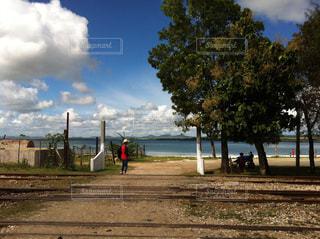 キューバの海沿いの村を歩く。の写真・画像素材[937495]