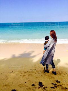 海を眺める親子の写真・画像素材[908893]