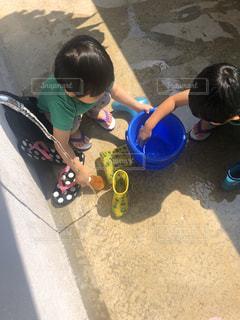 靴を洗う子どもたちの写真・画像素材[3169418]