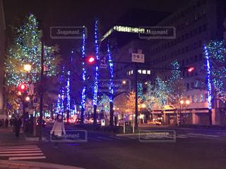 街の通りは夜のトラフィックでいっぱいの写真・画像素材[909896]