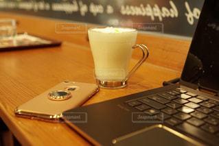 近くのテーブルに座ってノート パソコンをの写真・画像素材[909899]
