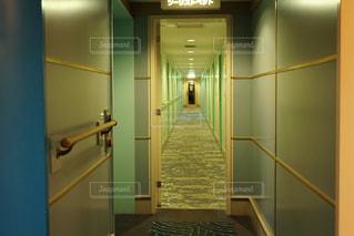 黄色の壁と空の部屋 - No.909900
