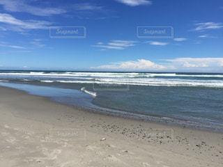 海の横にある砂浜のビーチ - No.909040