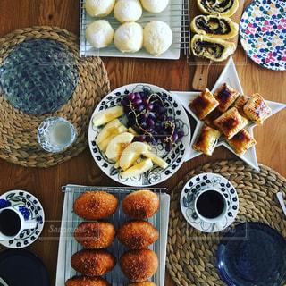 食品のさまざまな種類をトッピング テーブル - No.909691