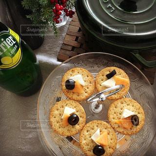 テーブルの上に食べ物のポットの写真・画像素材[909701]