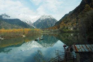 湖面に映る山景色 - No.912429