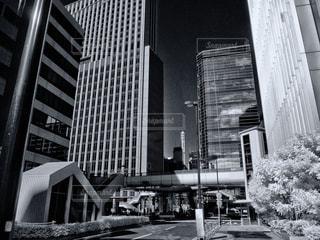 ビルの窓に映る雲の写真・画像素材[930981]