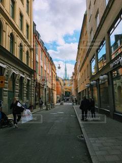 街の通りを歩いている人のグループの写真・画像素材[909845]