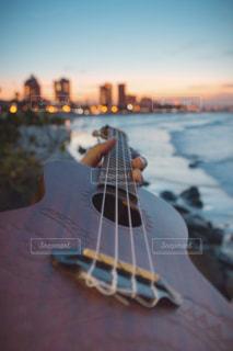 近くにギターのアップの写真・画像素材[909866]