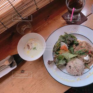 テーブルの上に食べ物のプレートの写真・画像素材[910075]
