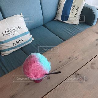 ソファ席に置かれた2色のかき氷の写真・画像素材[910076]