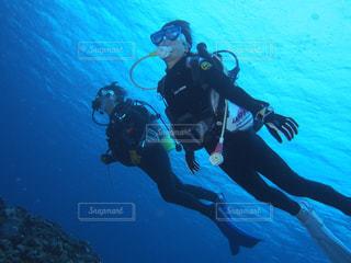 水で泳ぐ男の写真・画像素材[910322]