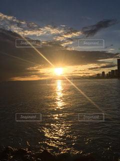 水の体に沈む夕日の写真・画像素材[910480]