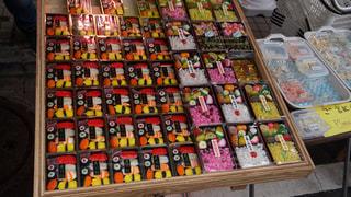 お菓子屋さんの前での写真・画像素材[910677]