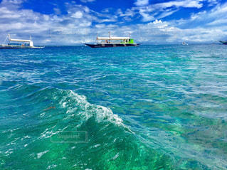 海の横にある水の大規模な体 - No.915164