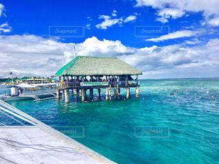 水の体の横に座っている青と白のボート - No.915165