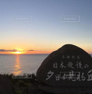 日本でいちばん遅く沈む夕陽(日本最西端・沖縄 与那国島)の写真・画像素材[911489]