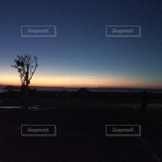 暗闇の中でサンセットの写真・画像素材[938900]