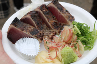肉と野菜をトッピング白プレートの写真・画像素材[1065268]