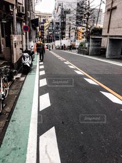 車で狭い街は道の脇に駐車の写真・画像素材[1065270]