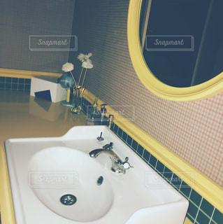 洗面台と鏡付きのバスルーム - No.912591
