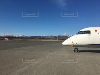 空港の滑走路の駐機場に止まっている飛行機の写真・画像素材[919933]