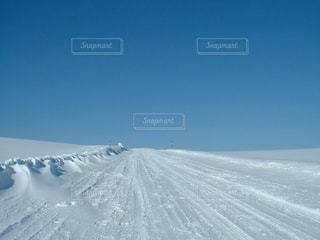 天空へ伸びる雪道の写真・画像素材[997898]