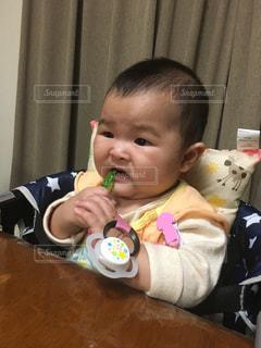 初めての食べ物の味はの写真・画像素材[999033]