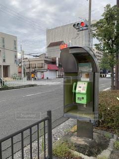 通りにたたずむ電話ボックスの写真・画像素材[2467513]