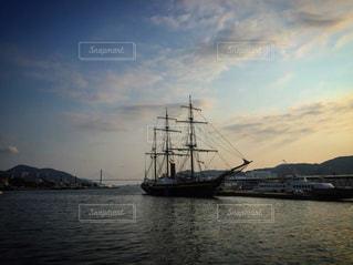 海の上に浮かぶ船の写真・画像素材[1839949]