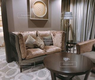 海外のホテルソファとテーブル付きの部屋の写真・画像素材[1839992]