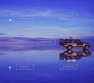 水の体に沈む夕日の写真・画像素材[1068358]