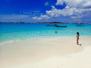 水の体の横にある砂浜のビーチの写真・画像素材[1068361]