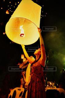 夜に点灯するランプの写真・画像素材[2339657]