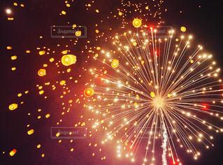 空の花火の写真・画像素材[2339658]