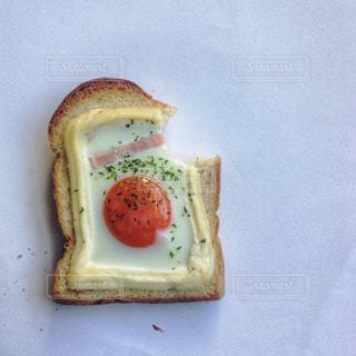 卵トースト、かじりかけの写真・画像素材[923466]