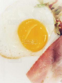 皿の上の目玉焼きの写真・画像素材[955010]