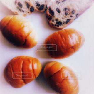 テーブルの上のパンの写真・画像素材[958446]