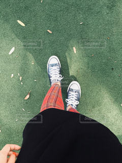 芝生とコンバースの写真・画像素材[914035]