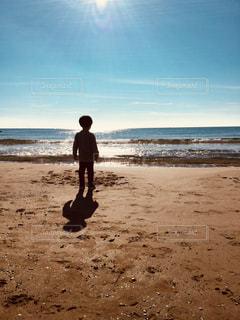 太陽キラキラビーチと子供の写真・画像素材[914036]