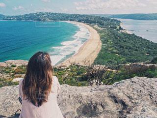 山から海を眺める女性の写真・画像素材[914060]