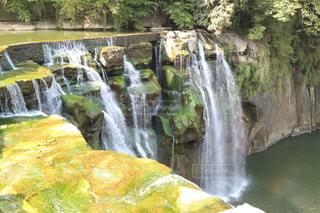 いくつかの水の上の大きな滝の写真・画像素材[914448]