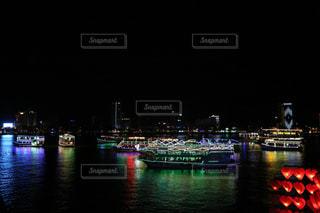 夜景に浮かぶ観光船の写真・画像素材[915456]