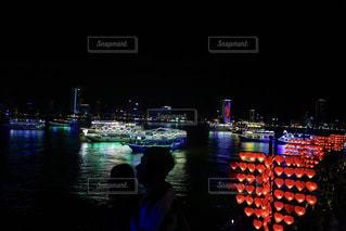 夜景とカップルのシルエットの写真・画像素材[916942]