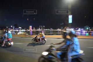 夜の街を走るバイク-0001の写真・画像素材[917269]
