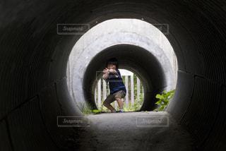 土管で鬼ごっこの写真・画像素材[924633]