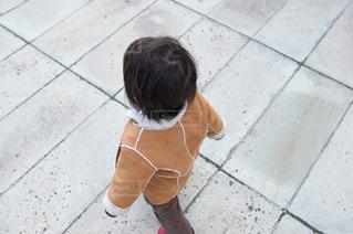 歩道を歩く男の子 - No.925028