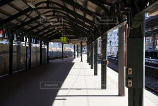 電車の駅で地下鉄の電車懐かしい雰囲気がするホーム - No.925731