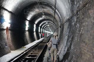 トンネルを歩くの写真・画像素材[929296]