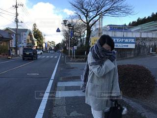 寒さに凍える女性の写真・画像素材[934107]